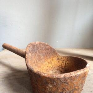 Aura Peeperkorn oud ijzeren bakje 't Maaseiker Woonhuys