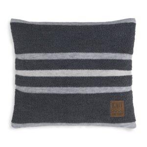 Het gebreide Knit Factory Yara Kussen in de kleur Antraciet/Licht Grijs heeft een zachte, comfortabele en chique uitstraling dankzij het fraaie breimotief met de subtiele rand. Dit donkergrijze met lichtgrijze sierkussen bestaat voor 30% uit wol en voor 70% uit acryl en wordt geleverd met een uitneembare kussenvulling. Zo kunt u de hoes los wassen met de hand en blijft het kussen jarenlang mooi. Het Knit Factory Yara Kussen van 50x50 cm is verkrijgbaar in diverse effen tinten én in gestreepte uitvoering. Of het nu uni of gestreept wordt, op elk exemplaar vindt u het kenmerkende lederen Knit Factory label terug. Welk kussen heeft uw voorkeur?